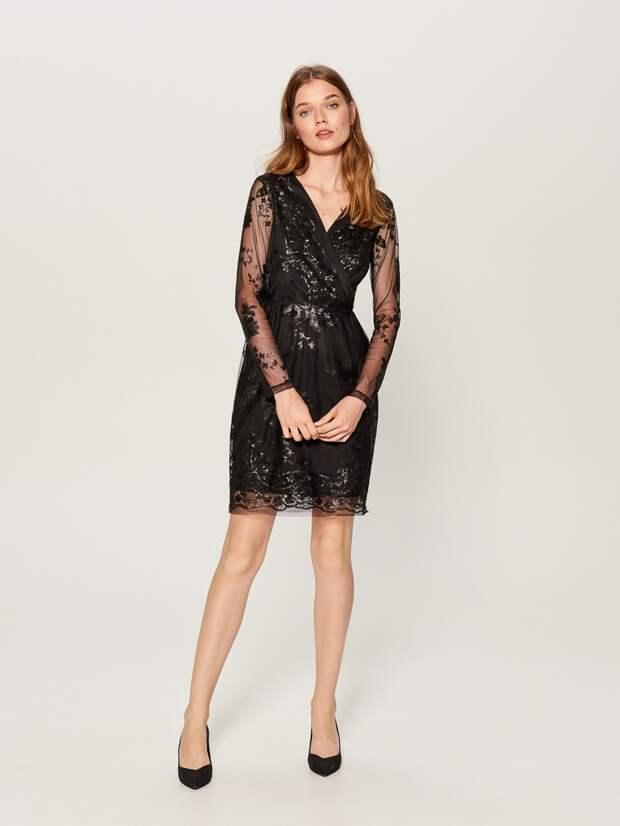 Модель в черном прозрачном платье