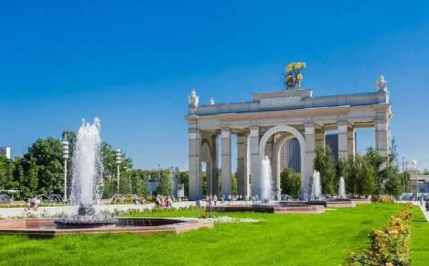 Москвичей из-за 30-градусной жары призвали избегать перегрева на солнце и пить больше воды