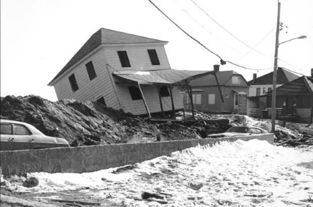 Один из поврежденных домов. <br>