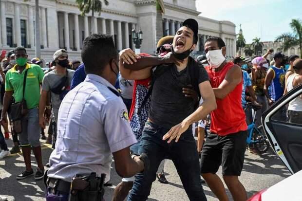 Власти Кубы обвинили большую часть задержанных при протестах в организации беспорядков