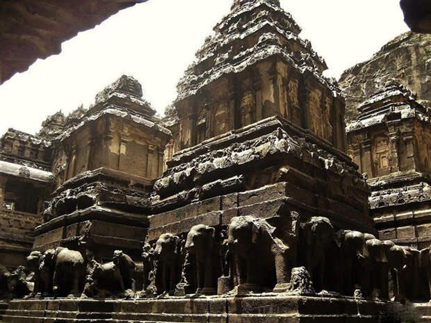 Храм посвящён богу Шиве.