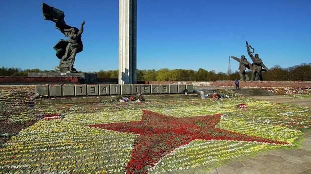 Волонтеры помогли доставить цветы кпамятнику Освободителям Риги