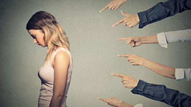 люди показывают пальцем в девушку