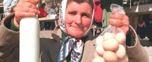 Сербская женщина с молоком и яйцами