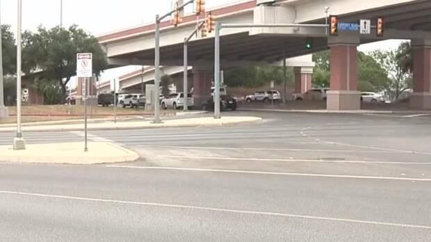 Полиция застрелила мужчину, открывшего огонь у аэропорта в Техасе
