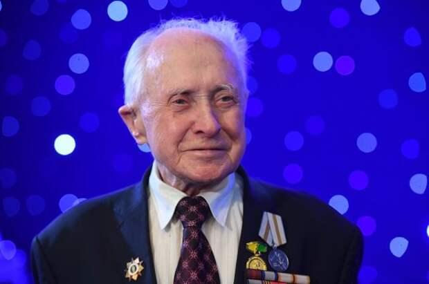 Сидевшего с Путиным на параде Победы ветерана мошенники обманули на 400 тыс