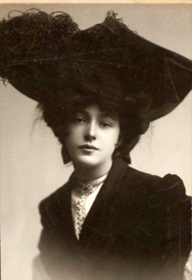 Модели шляп начали меняться, так как представительницы женского пола начали приподнимать волосы вверх.