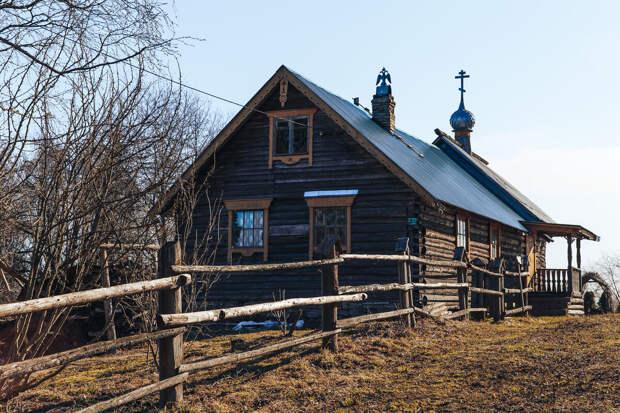 Среди рядовых деревянных домов  лавка «Ремесленная слобода» сразу выделяется наличниками и резным крылечком, особым дымоходом и самой старинной атмосферой