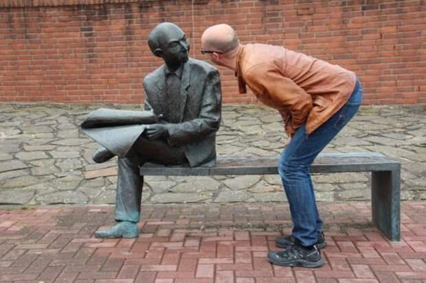 мужчина и статуя