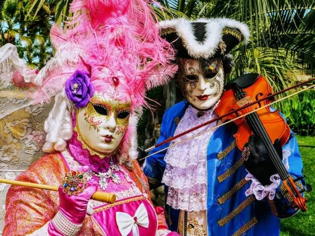 Венецианский ежегодный карнавал начинается за  40 дней до Пасхи и завершается  в покаянный день