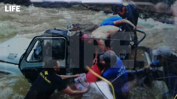 Внедорожник УАЗ утонул, пытаясь переехать реку. 10 человек погибли