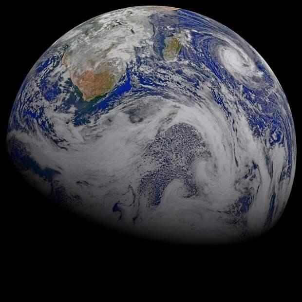 Редкие космические аппараты, запущенные человечеством, наслаждаются видом на Землю с расстояния в тысячи или даже миллионы километров.    земля, космос, красота