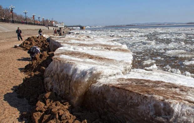 В Хабаровске ледоход снес ограждение на набережной Амура