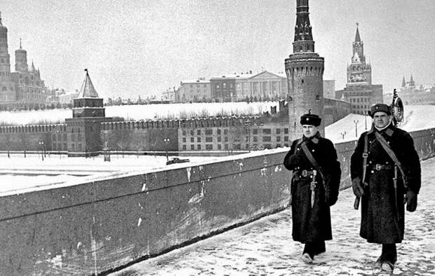 Вид на Кремль в маскировке с Большого Москворецкого моста. /Фото: alexlib.ru