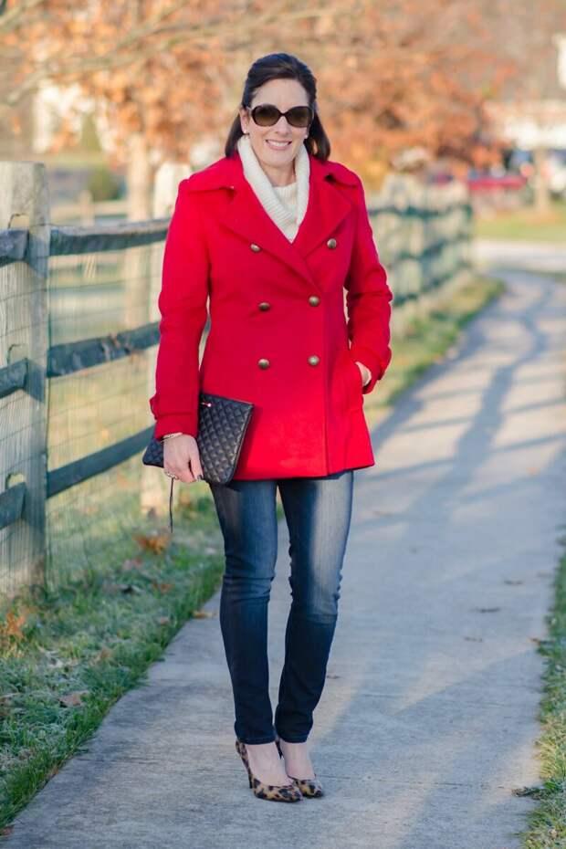 Женщина в двубортном красном пальто. /Фото: media.jolynneshane.com