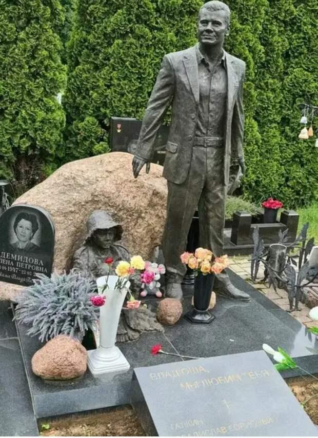 Владислав Галкин и одна из скульптур на его могиле, напоминающая своим видом последний приют некого авторитета.