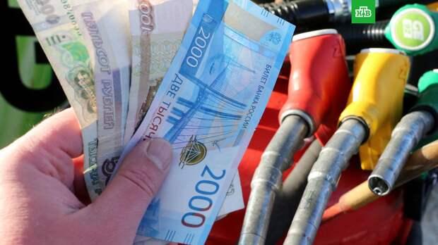 Россияне начали экономить на бензине и пересаживаться на такси
