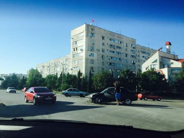 Три ДТП в Севастополе: автомобили непреодолимо тянуло друг к другу (фото)