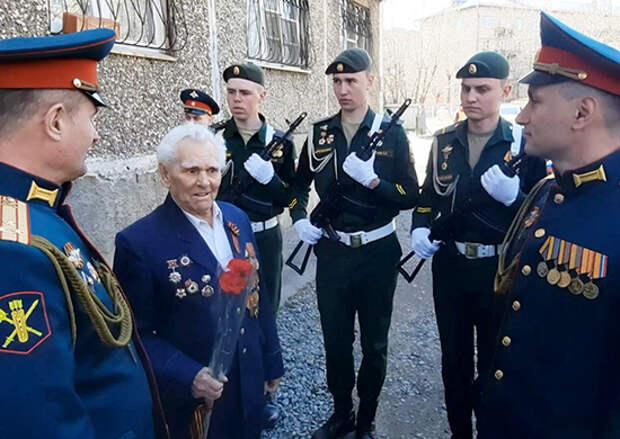 В Забайкальском крае военнослужащие ВВО под аккомпанемент оркестра поздравили 95-летнего ветерана Геннадия Ивановича Степанова с Днем Победы