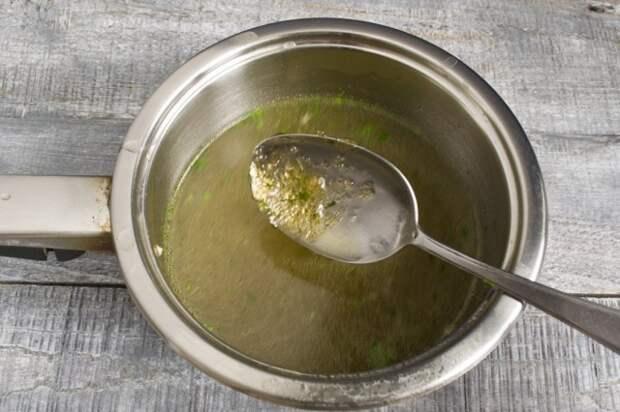 Нагреваем бульон и растворяем в нём желатин