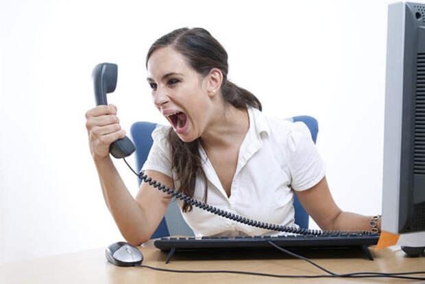 девушка кричит на телефонную трубку