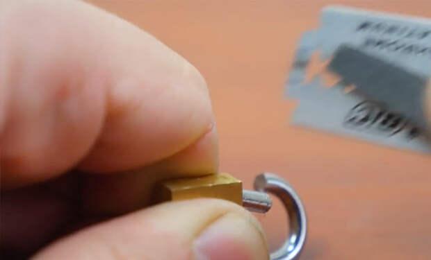 Нужно лишь лезвие: ключник показал способ открыть замка без ключа