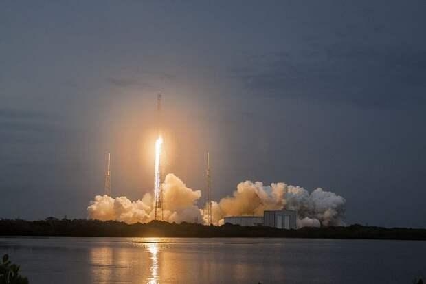 SpaceX запустила ракету-носитель Falcon 9 с 54 спутниками