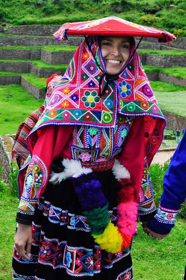 Перуанские свадебные наряды яркие и включают в себя сотканные накидки и шляпы, украшенные кистями и светоотражающим материалом.