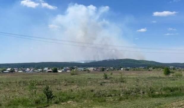 Масштабный лесной пожар под Екатеринбургом вплотную приблизился кжилому поселку