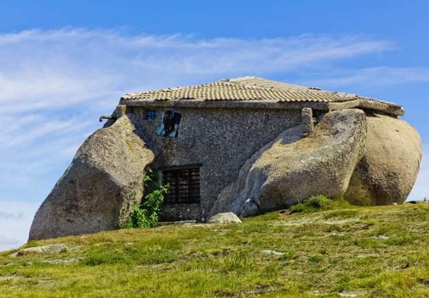 Casa do Penedo - вид сзади