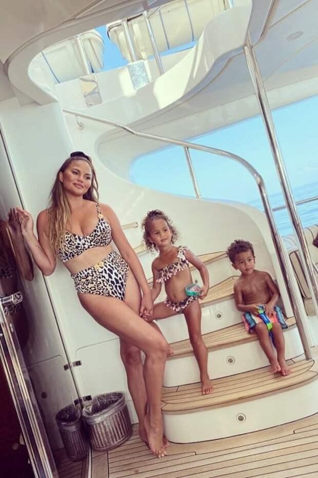 Крисси Тейген с дочкой Луной и сыном Майлзом