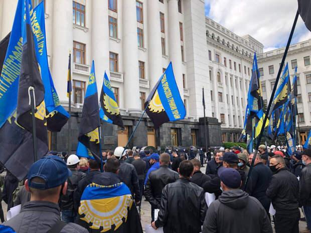 Украинские шахтеры пикетировали офис Зеленского
