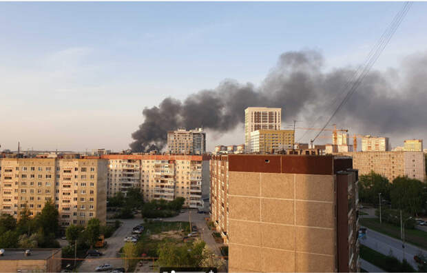 Район Екатеринбурга заволокло дымом отпожара. Фото, видео