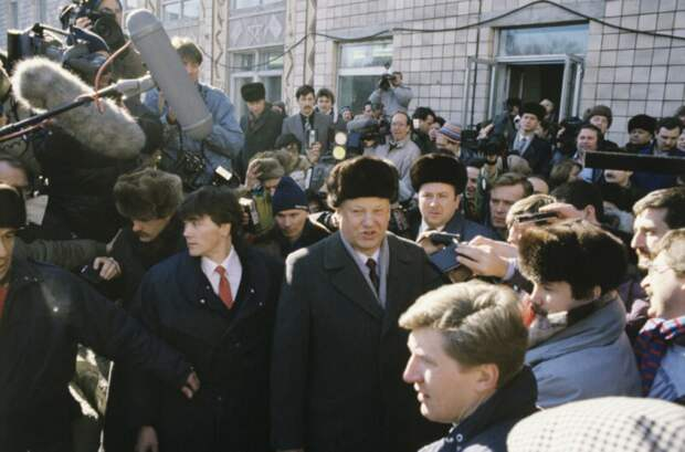 Борис Николаевич Ельцин, председатель ВС РСФСР (в центре), во время Всесоюзного референдума о будущем СССР, в окружении журналистов возле участка для голосования | РИА Новости
