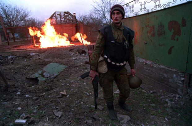 Чеченский боевик в Грозном, январь 1995 г.  Фото: Михаил Евстафьев