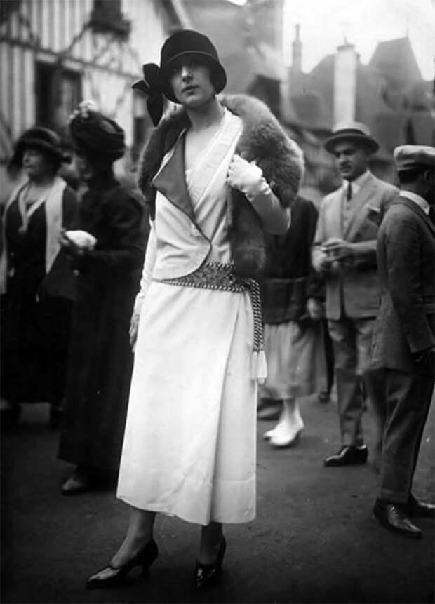Дама в меховой горжетке, октябрь 1923 года Стиль, винтаж, двадцатые, женщина, мода, прошлое, улица, фотография