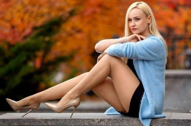 девушка блондинка сидит на улице