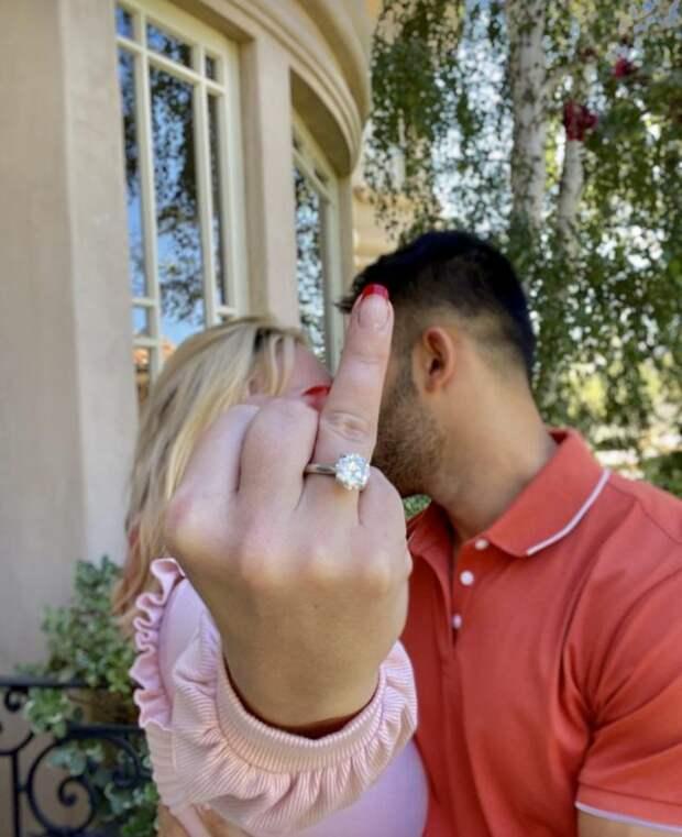 бритни спирс показывает палец с кольцом
