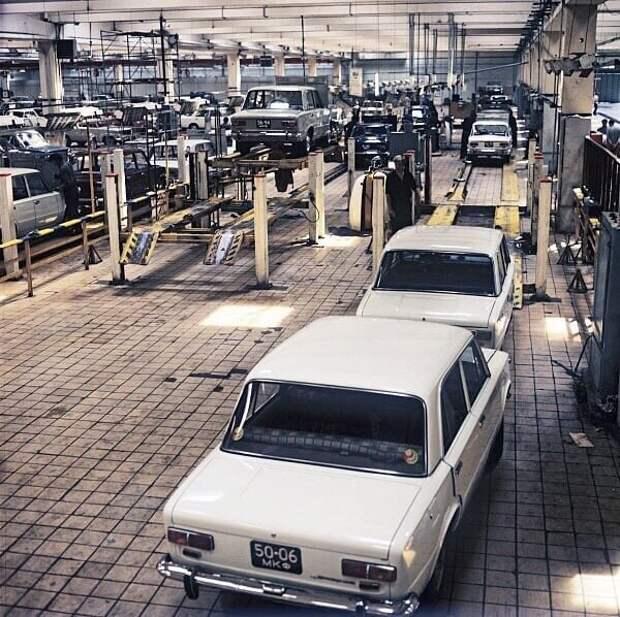 14 фотографий с автомобилями времен СССР