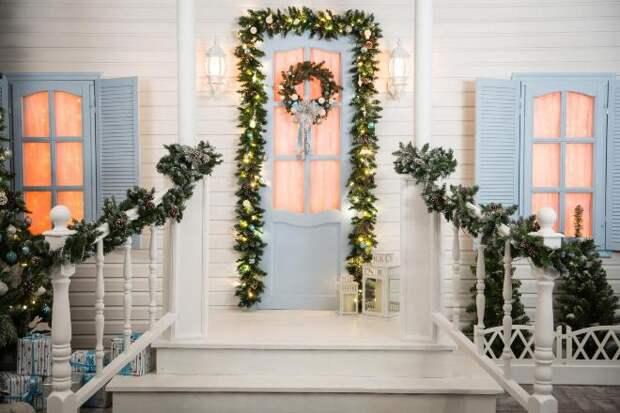 Самые популярные и необычные украшения дверей на Новый год (63 фото)