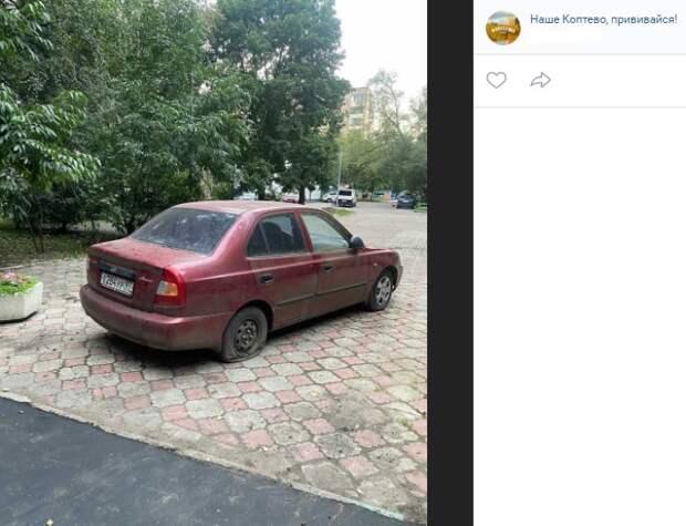 Автохам припарковался перед стелой на Космодемьянских