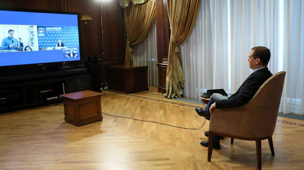 """Медведев призвал """"Единую Россию"""" наращивать присутствие в интернете"""