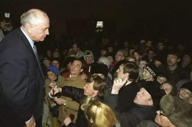 Встреча Горбачева с избирателями во время избирательной кампании 1996 года. На тех выборах он получил 0,5% голосов СССР, прошлое, фото