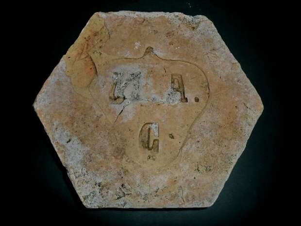 Шестиугольный клинкерный кирпич ранее использовали в качестве плитки для пола. | Фото: deni-spiri.livejournal.com.
