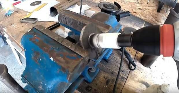 Вырезаем кругляши и делаем отверстия. /Фото: youtube.com..