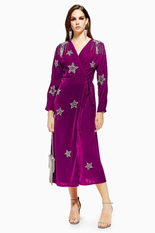 Модель в фиолетовом платье из бархата