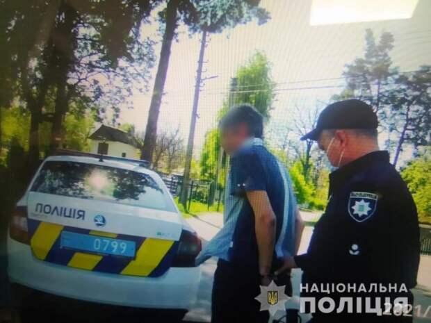 В Боряке мужчина избил инвалида и пытался откупиться от полицейских. Появилось видео