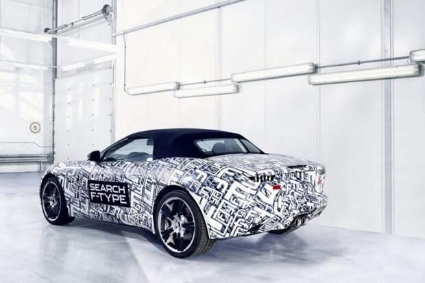 Весной 2012-го, в преддверии премьеры, британцы облачили кабриолет Jaguar F-Type в черно-белый камуфляж, узор которого был сплошное «фе» – сотни букв «F» в разных вариациях. испытания, прототип
