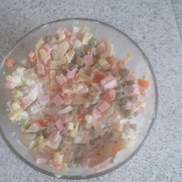 """Салат """"оливье"""" с колбасой и маринованными огурчиками."""