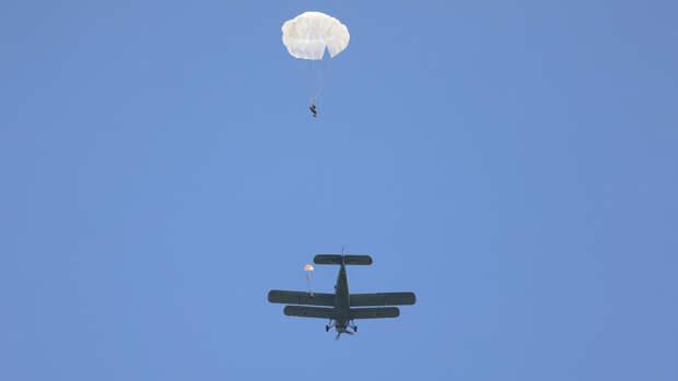 Прыжки российских десантников с высоты шесть тысяч метров показали на видео